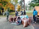 Wielkie jesienne sprzątanie cmentarza wojskowego w Lublińcu