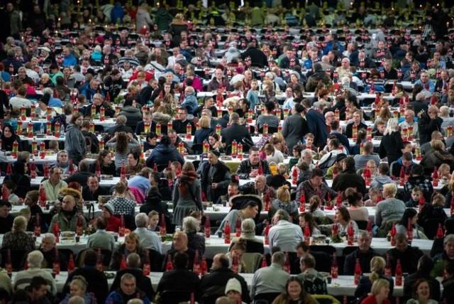 Coroczna wigilia Caritas na Międzynarodowych Targach Poznańskich to okazja do wspólnego posiłku dla ubogich lub samotnych.
