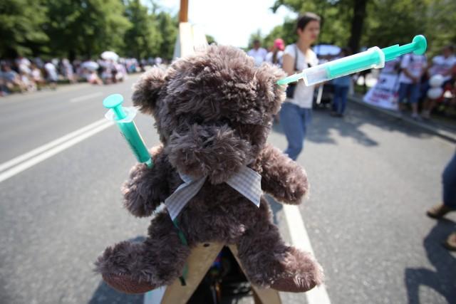 Protest antyszczepionkowców w Warszawie. Nie chcą szczepień dla dzieci [ZDJĘCIA]