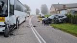 Zderzenie osobówki i autokaru przewożącego dzieci. Dwie osoby trafiły do szpitala