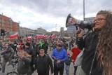 Marsz o wolność w Katowicach. Antycovidowcy uciekli policji. Przemawiał Iwan Komarenko i Anna Martynowska