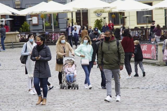 Podczas konferencji prasowej w czwartek, 25 marca premier Mateusz Morawiecki ogłosił nowe obostrzenia. W związku z pandemią koronawirusa i rosnącą liczbą zakażeń. Obostrzenia obowiązują od 27 marca do 9 kwietnia. - Ograniczenie swobód jest konieczne. Trzeba ratować życie i zdrowie - mówił premier. Sprawdź wszystkie nowe obostrzenie i restrykcje.   Zobacz obowiązujące obostrzenia ---&gt