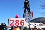 Protest w Szczyrku: kukły powieszone na latarni na placu św. Jakuba. Przedsiębiorcy zrozpaczeni sytuacją w branży