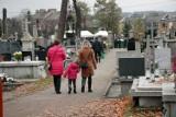 Cmentarze w Skarżysku-Kamiennej znów otwarte. Z godziny na godzinę przybywało odwiedzających [ZDJĘCIA]