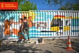 Przy zajezdni na Siedmiogrodzkiej powstaje stumetrowy mural. Przedstawia historię tramwajów