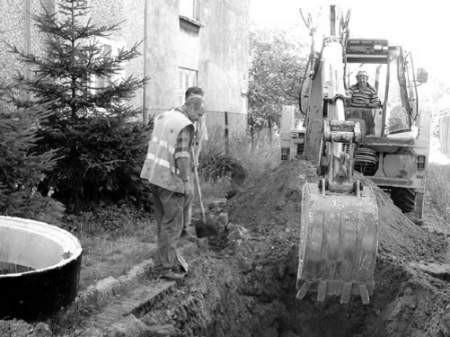 Jarosław Wieczorek, Jacek Kańtoch i Stanisław Kyrcz budują kanalizację na ulicy Wasilewskiej.