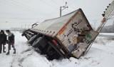 Zima zagościła się na dobre. Zaśnieżone drogi utrudniają jazdę, najgorzej jest na lokalnych [ZDJĘCIA]