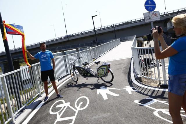 Kładka rowerowa na Łazienkowskim otwarta. Cykliści zyskali nowe połączenie przez Wisłę! [ZDJĘCIA]