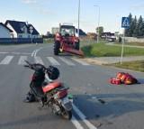 Potrącenie motocyklistki przez ciągnik w Cedrach Małych. Kobietę z ciężkimi obrażeniami nóg zabrał śmigłowiec LPR