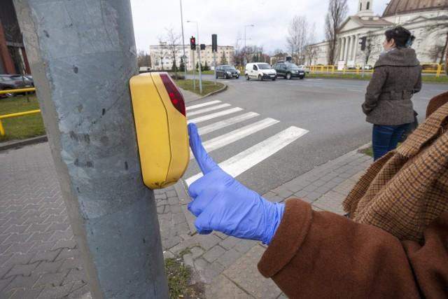 Przyciski wybudzania sygnalizacji świetlnych przy przejściach dla pieszych obecnie najbezpieczniej włączać w rękawiczkach albo łokciem.