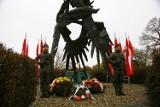 Kraków. Złożenie kwiatów przy Pomniku Żołnierzy Polski Walczącej na Powiślu [ZDJĘCIA]