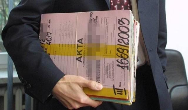 Dochody w pandemicznym roku 2020 komorników w mniejszych miastach Kujawsko-Pomorskiego wcale nie były małe, a zgromadzone przez nich majątki bywają imponujące. Niektórzy, jak Marcin Gajda z Chełmna, dodatkowe dochody mieli ze sprzedaży kilku (tak!) aut.  WIĘCEJ NA KOLEJNYCH STRONACH>>>