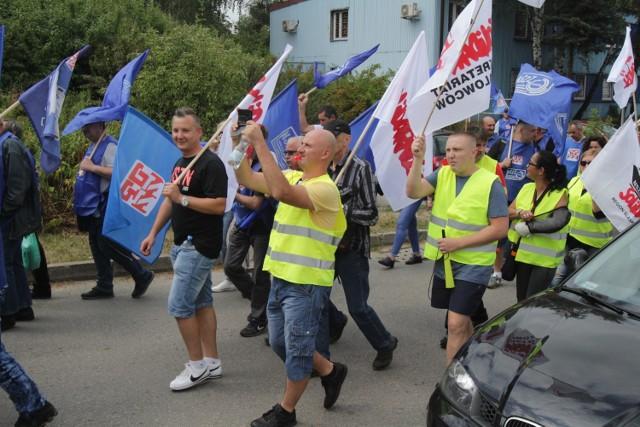 Protesty trwają pod siedzibą spółki ArcelorMittal Poland w Dąbrowie Górniczej