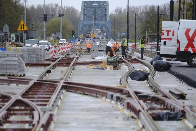 W ubiegłym tygodniu Miejski Zarząd Dróg w Toruniu zapowiadał, że remont mostu w centrum miasta rozpocznie się po świętach wielkanocnych. Do dziś nie ma jednak konkretnej daty.   Przeczytaj także: Most tymczasowy na Wiśle w 1992 roku. Zobacz, jak powstawał Pierwsze maseczkomaty w Toruniu. Gdzie są i jaka cena za maseczkę?   - Wszystko idzie zgodnie z planem – uspokaja Agnieszka Kobus-Pęńsko, rzeczniczka MZD. - Przekazaliśmy wykonawcy plac budowy, gdzie organizuje on sobie zaplecze. Jednocześnie trwają prace nad projektem organizacji ruchu. Wymaga on jednak uzgodnień nie tylko ze służbami miejskimi, ale także ze służbami ratowniczymi. Po uzyskaniu wszystkich akceptacji roboty na moście się rozpoczną. Mamy deklarację, że stanie się to jeszcze w kwietniu.  Czytaj więcej na kolejnych stronach ->>>  tekst: Justyna Wojciechowska-Narloch