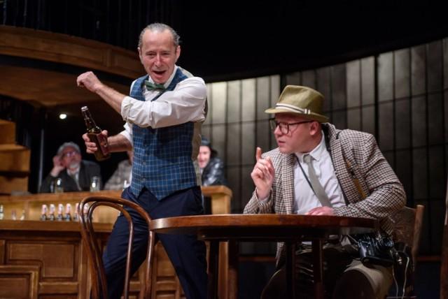 Sławomir Głazek (Harry) i Tomasz Wiśniewski (Clegg) w scenie ze spektaklu 'Porachunki z katem' w Teatrze im. L. Solskiego w Tarnowie.