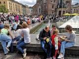Kraków. Tłumy na Rynku Głównym. Wraca atmosfera sprzed pandemii [ZDJĘCIA]