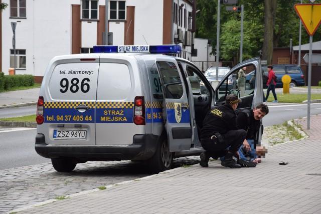 Strażnicy miejscy niosą i pomoc, gdy ktoś zasłabnie na ulicy