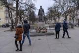 Pomnik ks. Jankowskiego jednak wrócił na cokół