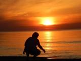 Ognisty zachód słońca i letnia pogoda zachęcająca do spacerów w Ustce