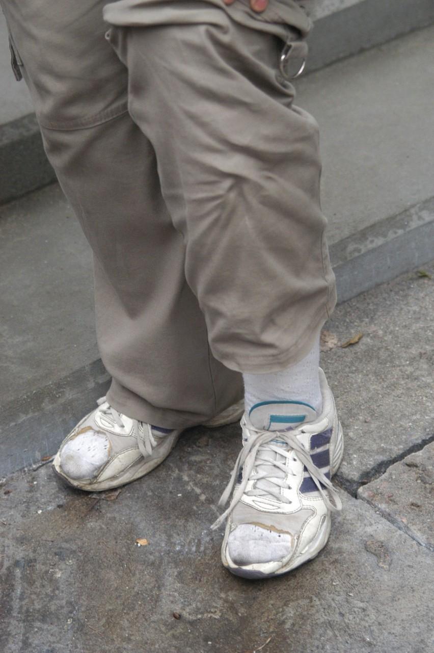 Czy warto kupować podróbki? Duże buty