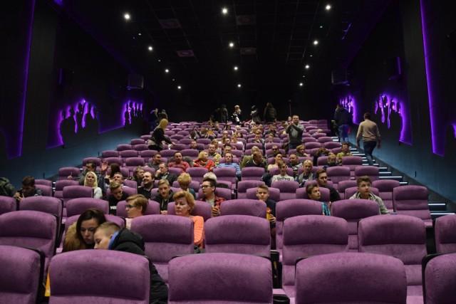 """W dużej sali """"Millenium"""" jest 230 miejsc. Ma ona blisko 4 m wysokości. Srebrny, półokrągły ekran zapewnia takim sam komfort oglądania obrazu w każdym miejscu."""
