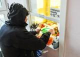Bezdomni dostali po dwie reklamówki pełne jedzenia. Wydali je za dwie puszki piwa