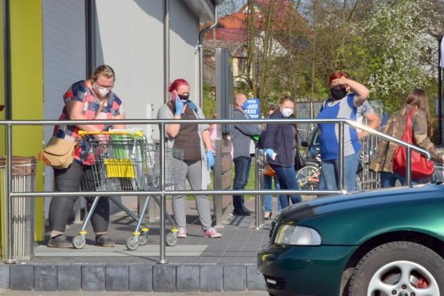 Dzień przed świętami majowymi, mieszkańcy buska tłumnie ruszyli na zakupy. Duży ruch panował przed marketami Biedronka i Lidl.   Na kolejnych slajdach zobaczcie wielkie zakupowe szaleństwo w Busku-Zdroju,przed majówką 2020 >>>