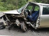 Olkusz. Poważne zderzenie dwóch samochodów. Strażacy użyli sprzętu, by wydostać zakleszczonego w pojeździe kierowcę [ZDJĘCIA]