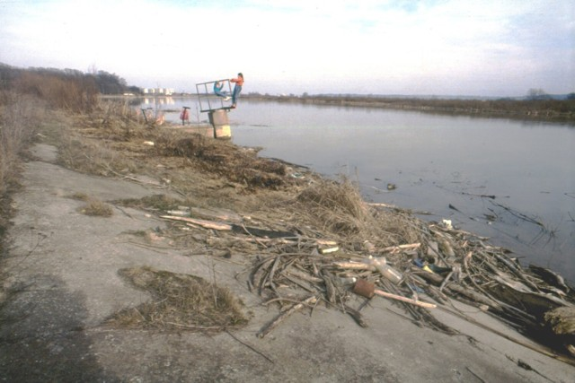 Tutaj były kiedyś - wytyczone pomostem - baseny, ale to jeszcze w czasach, kiedy woda była w miarę czysta. Wtedy, gdy zrobiono to zdjęcie, zalew ani jego otoczenie w tym miejscu raczej nie zachęcały już do wypoczynku...   Data: 8 marca 1992 r.