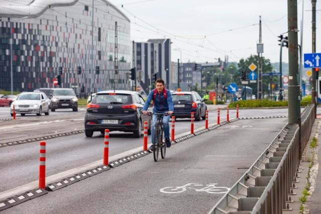 W zeszłym roku miasto zawęziło ruch samochodowy na moście Grunwaldzkim. Kosztem tego powstały drogi dla rowerów. Teraz urzędnicy przywracają jeden pas dla aut, a rowerzyści będą mieć mniej miejsca.