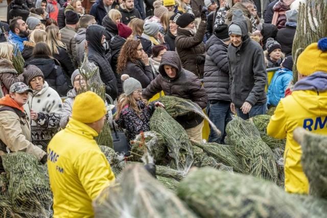 W niedzielę od samego rana na placu Wolności można było zauważyć tłum ludzi stojących w długiej kolejce.   Zobacz więcej zdjęć ---->