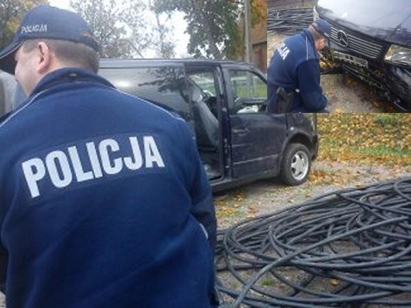 Na koniec delikwent z sąsiedniego województwa, ale zatrzymany w Nowym Dworze Gdańskim. 34-latek ze Świecia postanowił zostać złodziejem kabli telekomunikacyjnych. I być może udałoby mu się w ten sposób zarabiać na życie, gdyby nie fakt, że podczas jednej z akcji został ranny, bowiem rozbił samochód, którym wiózł łup. W akcie desperacji... zadzwonił na policję, prosząc o pomoc. Policjanci zabezpieczyli auto oraz warte około 15 tysięcy złotych i ponad 300 metrów przewodu telekomunikacyjnego