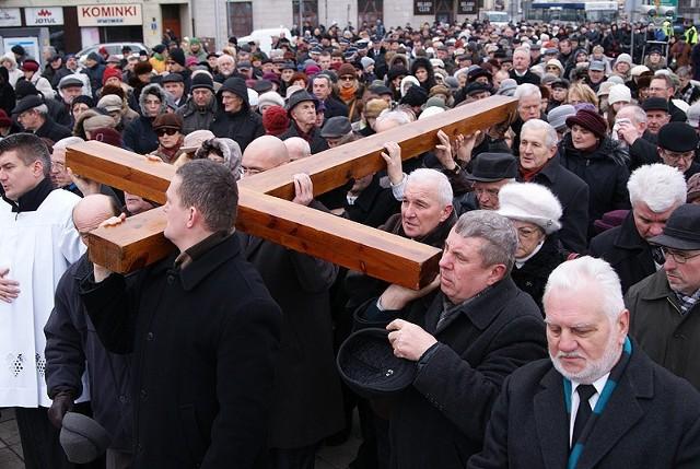 W kaliskiej drodze krzyżowej co roku uczestniczą tłumy wiernych.