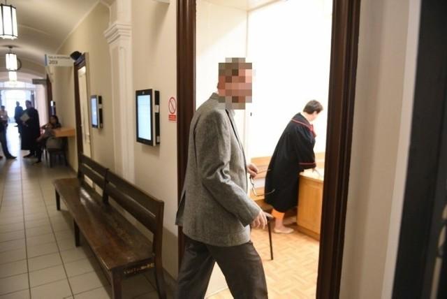Piotr Sz., były dyrektor szkoły w gm. Kijewo Królewskie, został dziś prawomocnie skazany na 2 lata więzienia za seksualne wykorzystywanie chłopca. - Niech ten wyrok doda sił innym ofiarom - mówi pokrzywdzony przez nauczyciela.  SZCZEGÓŁY NA KOLEJNYCH STRONACH >>>  tekst: Małgorzata Oberlan  Ważne: Przestępcy seksualni w Kujawsko-Pomorskiem. Zobacz ich zdjęcia i miejsce zameldowania  Czytaj także: Marlena Cichcoka z Chełmży w MasterChefie. Poznaj jej przepisy!