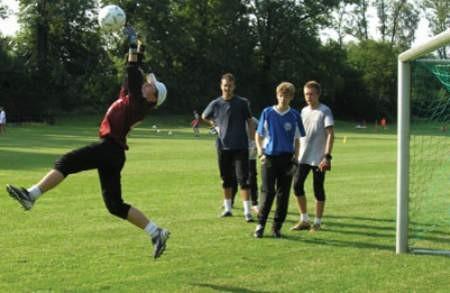 Moje! – krzyczy młody golkiper chwytając piłkę. – Twoje jest wtedy, gdy rzeczywiście masz ją w rękach – instruuje trener.