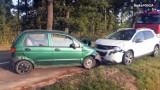 Niebezpieczny wypadek w Żorach. Czołowe zderzenie samochodów na Alei Jana Pawła II. Dwaj mężczyźni trafili do szpitala. 50-latka wyprzedzała