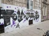 Kraków. Siedmiometrowe pseudograffiti na zabytkowej kamienicy. Sprawcy próbowali uciec rowerami [ZDJĘCIA]