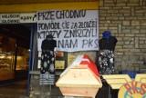 """PKS Częstochowa. Symboliczny pogrzeb przedsiębiorstwa: """"Przechodniu pomódl się za złodziei, którzy zniszczyli nam PKS"""""""