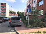 Znak przy ul. Piaskowej w Goleniowie wyczyszczony. Kiedy to się skończy?