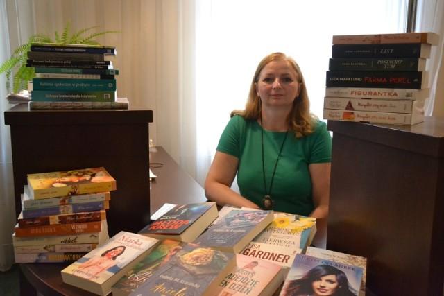 Iwona Kowalska, p.o. dyrektora Miejskiej Biblioteki Publicznej w Lipnie, pokazuje ostatnio zakupione książki