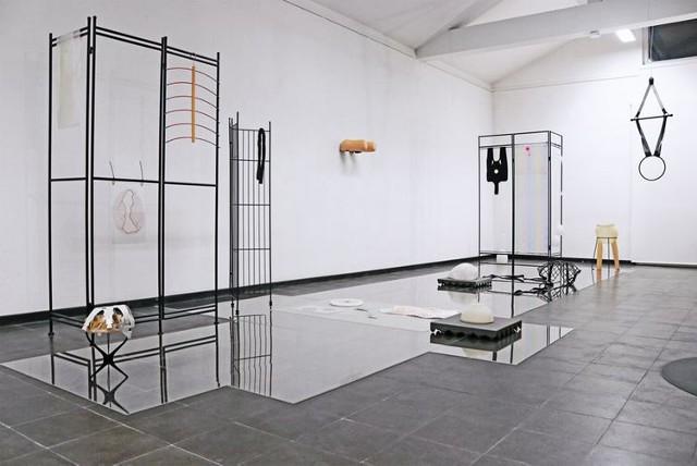 """Wystawa """"Harte Zeiten/Ciężkie Czasy"""" to polsko-niemiecki projekt, owoc współpracy Galerii Miejskiej bwa w Bydgoszczy, Künstlerbund Baden-Württemberg oraz PORT25 – Raum für Gegenwartskunst w Mannheim"""