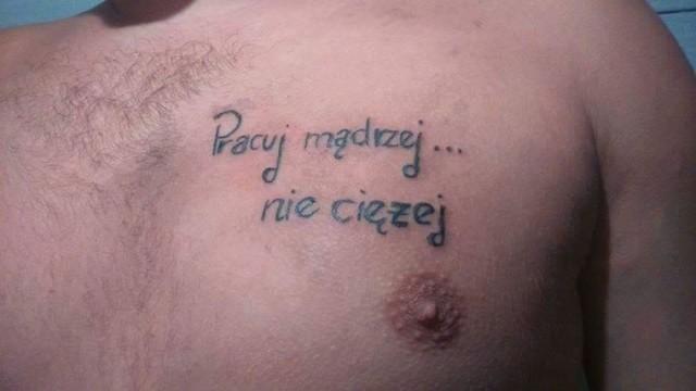"""Ponad rok temu na Facebooku powstał profil """"Janusze Tatuażu"""", który zbiera nieudane próby zdobienia ciała. Niektóre tatuaże szokują, inne po prostu załamują. Większość przykładów znajdujących się na Fanpage'u powstało w Polsce, ale zbiór wyśmiewanych wzorów zawiera także zagraniczne przykłady. Sami oceńcie, jak to wygląda."""