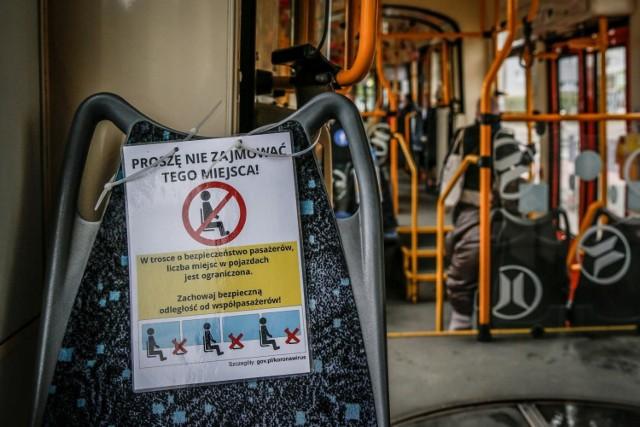 Nowe limity w komunikacji miejskiej. Choć rząd o tym nie wspominał, od 1 czerwca obowiązują nowe zasady w autobusach, tramwajach, pociągach i metrze.
