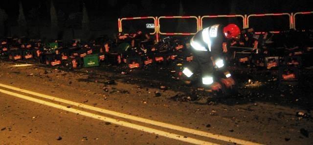 Butelki po piwie wypadły z tira na drogę