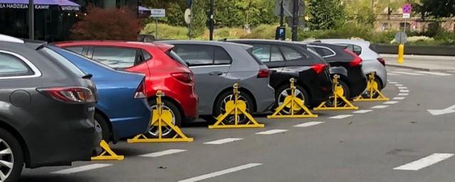 Deszcz mandatów na parkingu w centrum Warszawy. Straż Miejska komentuje