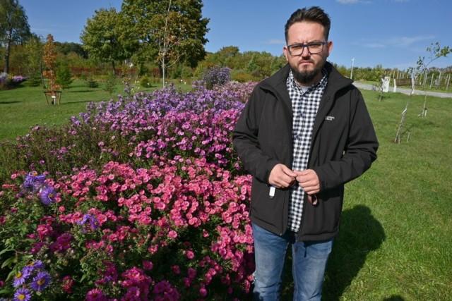 Październik to ostatni miesiąc, w którym możemy zwiedzać kielecki ogród botaniczny. O tej porze roku szczególnie magicznie wyglądają wrzosy,  których w ogrodzie jest aż 120 odmian. Pięknie kwitną tez marcinki, róże i inne rośliny, Ogród jest czynny dla zwiedzających od wtorku do niedzieli w godzinach 10-18.  Zobaczcie jak 5 października wygląda ogród botaniczny w Kielcach