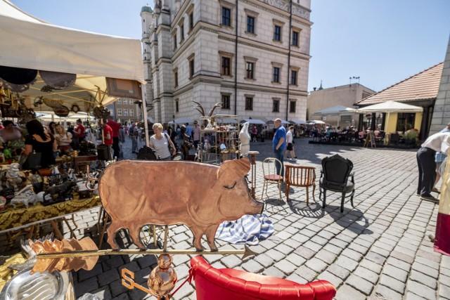 Niedziela jest drugim dniem, kiedy Jarmark Świętojański działa. Na Starym Rynku, podobnie jak w sobotę, nie brakuje mieszkańców oraz turystów, którzy przechadzają się między drewnianymi domkami z różnorodnymi smakołykami, rękodziełami czy ozdobami.  Kolejne zdjęcie --->