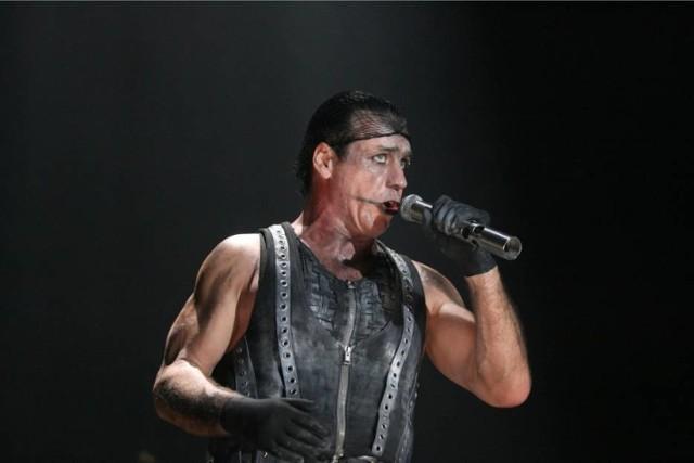 Rammstein znany również pod nazwą R+, jest najbardziej rozpoznawalnym niemieckim zespołem muzycznym na całym świecie.  Występy tej formacji znane są ze spektakularnych widowisk, przepełnionych różnymi - głównie pirotechnicznymi - efektami. Nawet jeśli muzyka, którą grają nie trafia w wasz gust to warto wybrać się na ich koncert, żeby zobaczyć spektakl, który oferują widzowi. Co więcej, w maju 2019 roku pojawił się ich nowy krążek, na który fani czekali wiele lat. Rammstein wystąpił w 2019 roku w Polsce, a dokładniej w Chorzowie. W przyszłym roku zawita do Warszawy. Koncert odbędzie się 17 lipca na PGE Narodowym. Bilety od 220 zł.