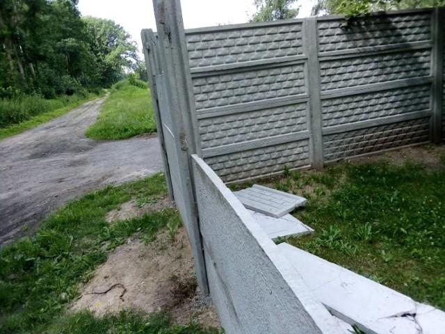 Zniszczony płot SP 3 w Goleniowie