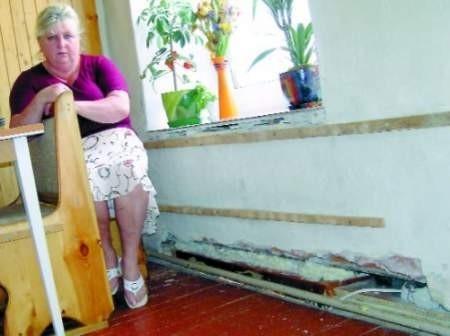 Bogusława Kijanka nie wyklucza skierowania sprawy do sądu, jeśli kolejną zimę będzie musiała marznąć z powodu dziury w podłodze.  FOT. ROMUALD PIELA
